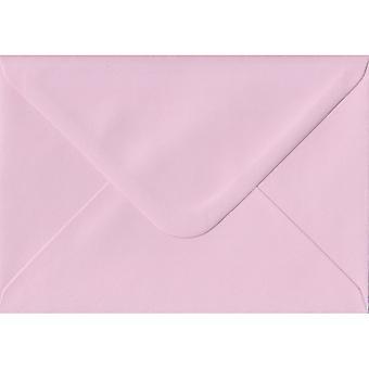 Vaaleanpunainen liimattu A5 värillinen vaaleanpunainen kirjekuoria. 100gsm FSC kestävää paperia. 152 mm x 216 mm. pankkiiri tyyli kirjekuori.