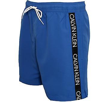 Calvin Klein Geklebt Logo Tape Badeshorts, Schnorchelblau