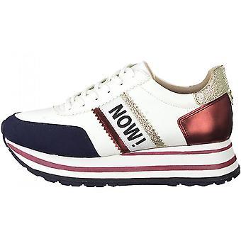 Białe żywe teraz płaskie buty