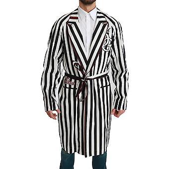 Čierny kabát nočná košeľa biela bavlnená róba