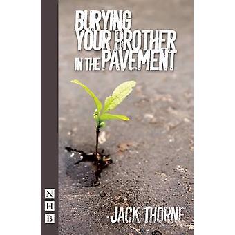 Begrava din bror i trottoaren av Jack Thorne - 9781848424166 B