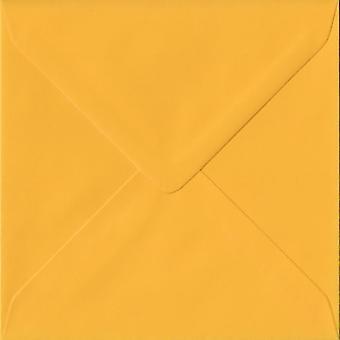Goldenes-Gelb gummiert 155 mm quadratisch, farbige gelbe Umschläge. 100gsm FSC nachhaltigen Papier. 155 mm x 155 mm. Banker Stil Umschlag.