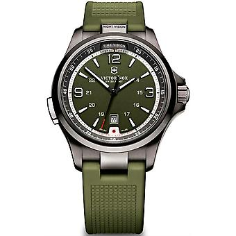 Victorinox Night Vision Quartz Analog Man Watch avec bracelet en caoutchouc V241595