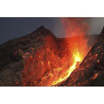 Marraskuuta 25 2012 - räjähtävä strombolian tyyppi purkaus Batu Tara tulivuori komb Island Indonesia liikeratoihin punaisen hehkuva lava pommit ovat näkyvissä Juliste Tulosta