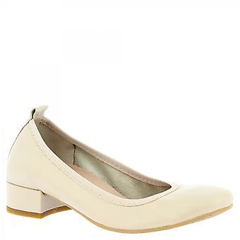 Leonardo Shoes Women's handmade low heeled ballet flats in beige napa leather
