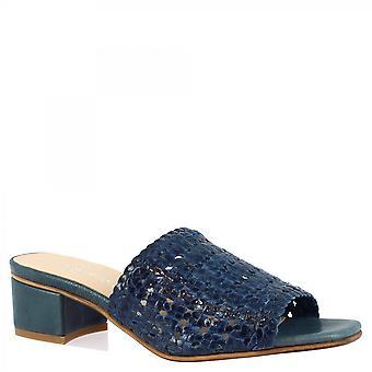 Leonardo Shoes Naisten käsintehdyt matalakorkoiset sandaalit sinisellä kudotulla vasikannahalla
