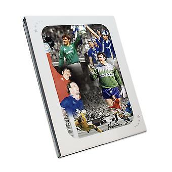 ووقع نيفيل ساوثهول صور إيفرتون. في مربع هدية
