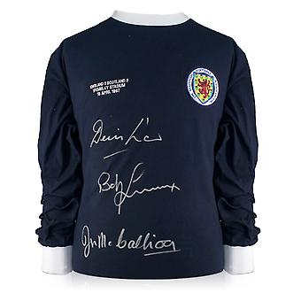 قميص اسكتلندا وقعه القانون دينيس، بوبي لينوكس، وجيم مككاليوج