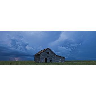 Rayos sobre las praderas que se acerca a una antigua casa de campo abandonada Val Marie Saskatchewan Canadá PosterPrint