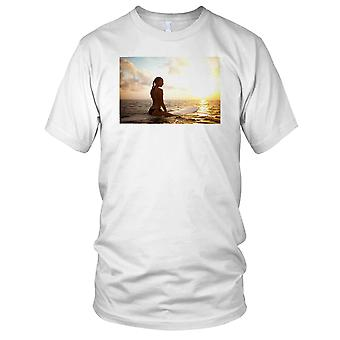 Jente Surfing på Sunset Surf Mens T-skjorte