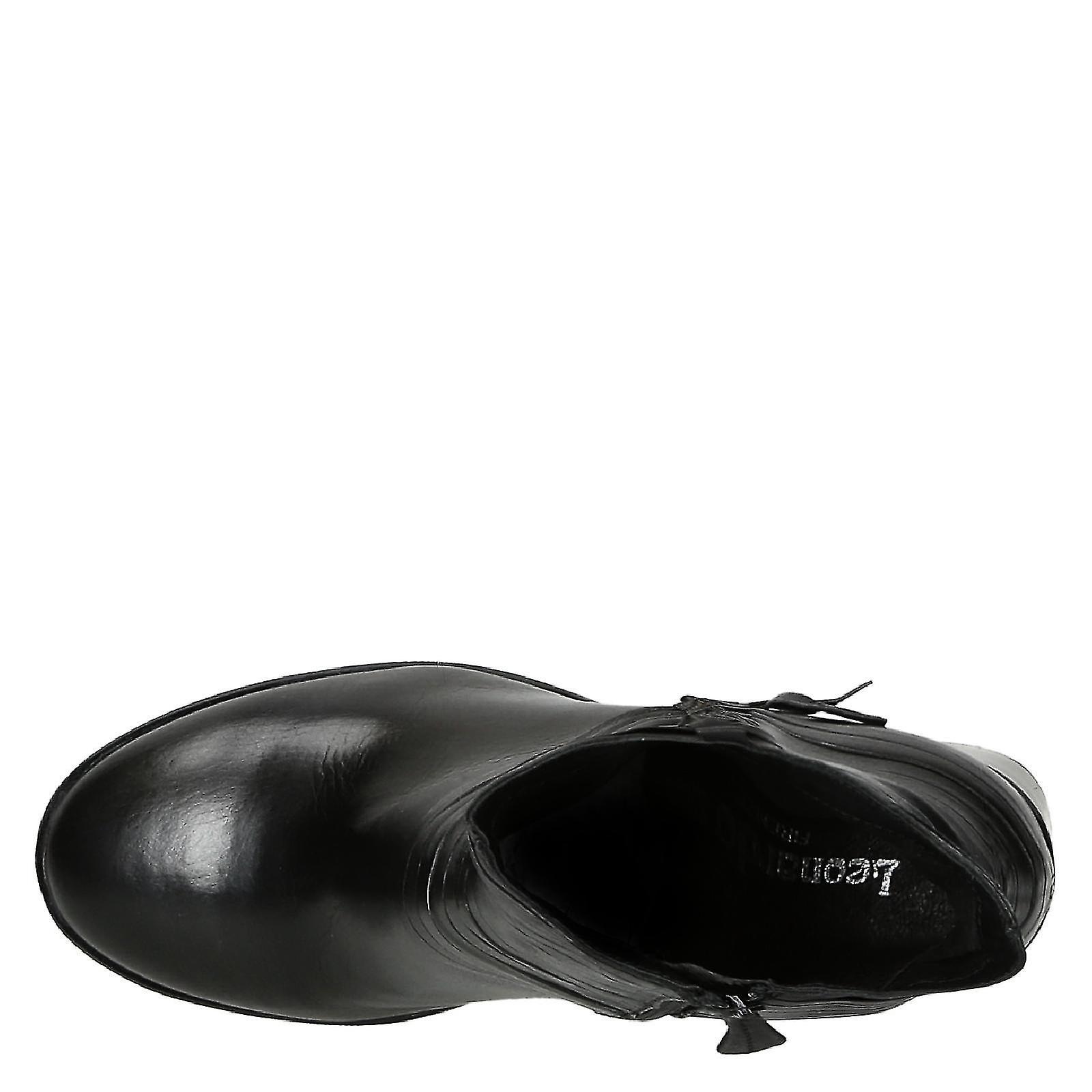 La main bloc talons bottines en cuir noir