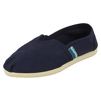 Spot de rapazes nos sapatos de lona