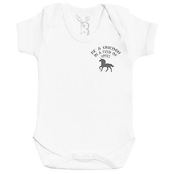 馬の赤ちゃんのボディスーツのフィールドでユニコーンになる