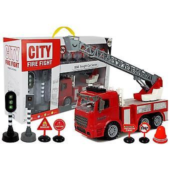 Spielzeuglöschfahrzeug mit Leiter und Verkehrselementen