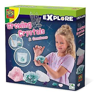 Les enfants explorent les cristaux et les pierres précieuses en croissance