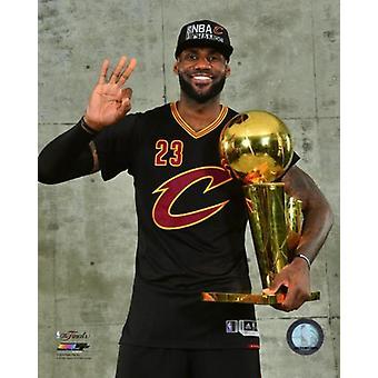 LeBron James con el NBA Campeonato trofeo juego 7 de la final NBA 2016 foto impresión