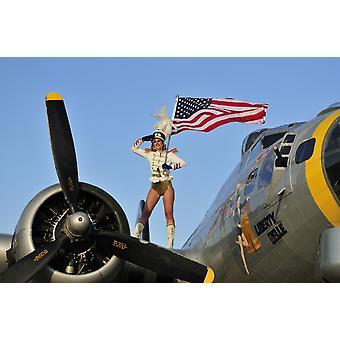 Patriótica de 1940 estilo majorette pin-up girl pisar um bombardeiro de B-17 com uma bandeira americana Poster Print