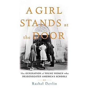 Une jeune fille se tient à la porte: la génération de jeunes femmes qui ventilées par les écoles de l'Amérique