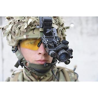 Soldat britannique équipé avec vision de nuit Poster Print