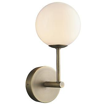 Globe vegglampe matt antikk messingplate, opal glass