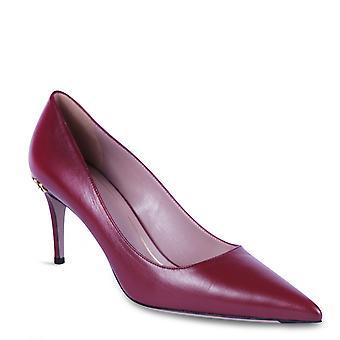 グッチ女性のかかとは、ゴールドのディテールとバーガンディレザーで靴を指し示しました