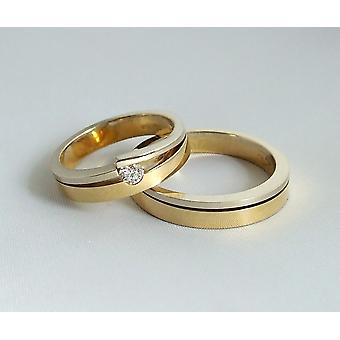 Gold wedding rings with brilliant