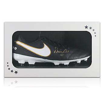 丹尼斯法律签署足球靴在礼品盒