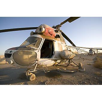 Baquba Irak - en irakiska Mi-2 helikopter sitter i cockpit som överges på Camp Warhorse affisch Skriv