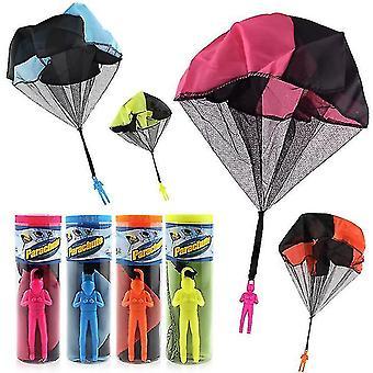 Mão de crianças lança paraquedas soldado de paraquedas para fora brinquedo praça de brinquedo infantil ao ar livre