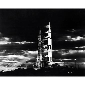 Valonheittimet valaisevat Apollo 17-avaruusalus yöllä näkemyksensä sen launchpad Juliste Tulosta Stocktrek kuvia