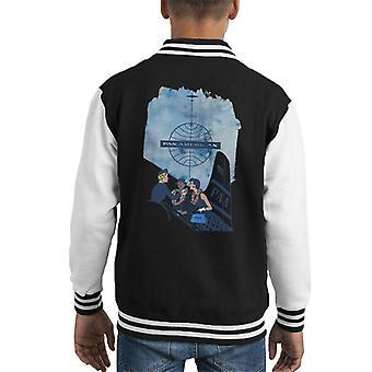 Pan Am Azafata colocando Rainbow Lei en customer kid's Varsity Jacket