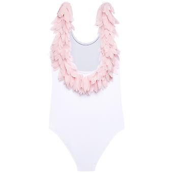 Kauniit vaaleanpunaiset terälehtiä valkoisessa säiliön uimapuvussa