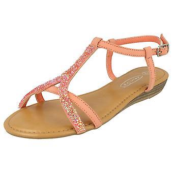 Punto de damas en la sandalia de la correa de tobillo