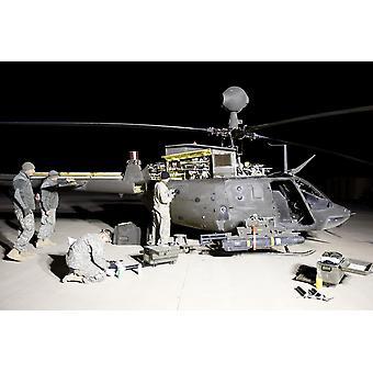 6-й эскадрильи 17 кавалерийского полка содержание экипажа работ по обслуживанию OH - 58D кайова вертолет до его следующей миссии Плакат Печать