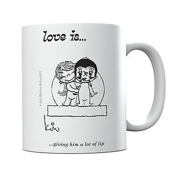 El amor le está dando un montón de taza de labios