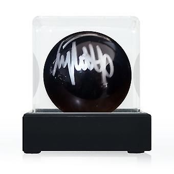 جيمي وايت وقع كرة السنوكر السوداء. في حالة العرض