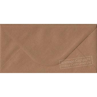 Acanalado marrón engomó DL coloreados sobres marrones. 100gsm papel sostenible de FSC. 110 mm x 220 mm. banquero estilo envolvente.