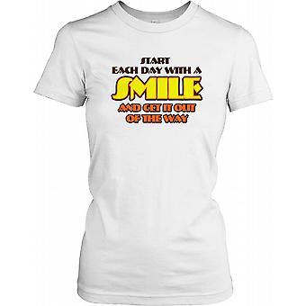 Börja varje dag med ett leende och få det ur vägen - Roliga skämt damer T Shirt