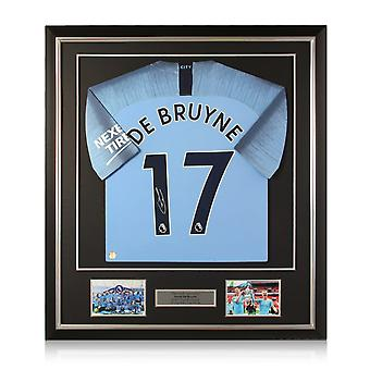Kevin De Bruyne firma la maglia del Manchester City 2018-19. Telaio Deluxe