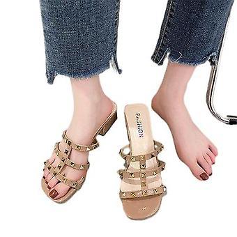 Les nouvelles sandales vont avec les talons de chaton à la mode