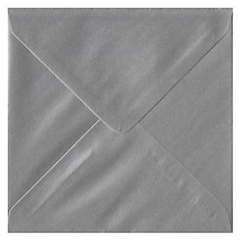 Sølv gummieret 130 mm firkantede farvet sølv konvolutter. 100gsm FSC bæredygtig papir. 130 mm x 130 mm. bankmand stil kuvert.