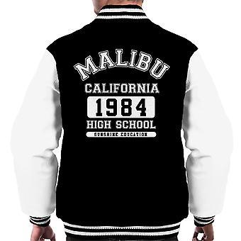 De mannen in de Malibu Middelbare School Varsity Jacket