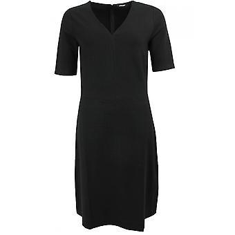 שמלת הצוואר השחורה של אולסן