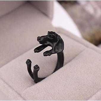 Czarny pierścionek z psem przytulającym palec