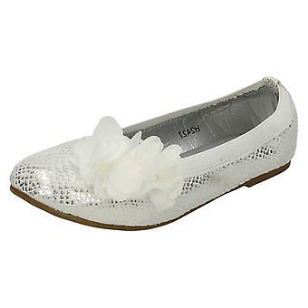 Mädchen-Spot auf flache Slip auf synthetische Schuh