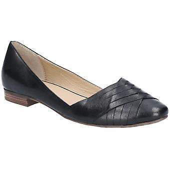 صة الجراء مارلي المرأة راقصة بآلية الانزلاق على الأحذية