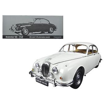 1967 Daimler V8-250 Anglais White Left Hand Drive 1/18 Diecast Model Car par Paragon