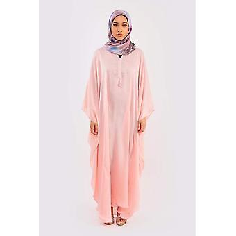 Kaftan cherine satynowa sukienka w kolorze różowym