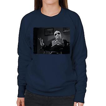 Den osynlige mannen händer upp kvinnor's tröja