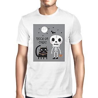 男性半袖トップの白い t シャツが黒い猫をトリックまたは御馳走します。